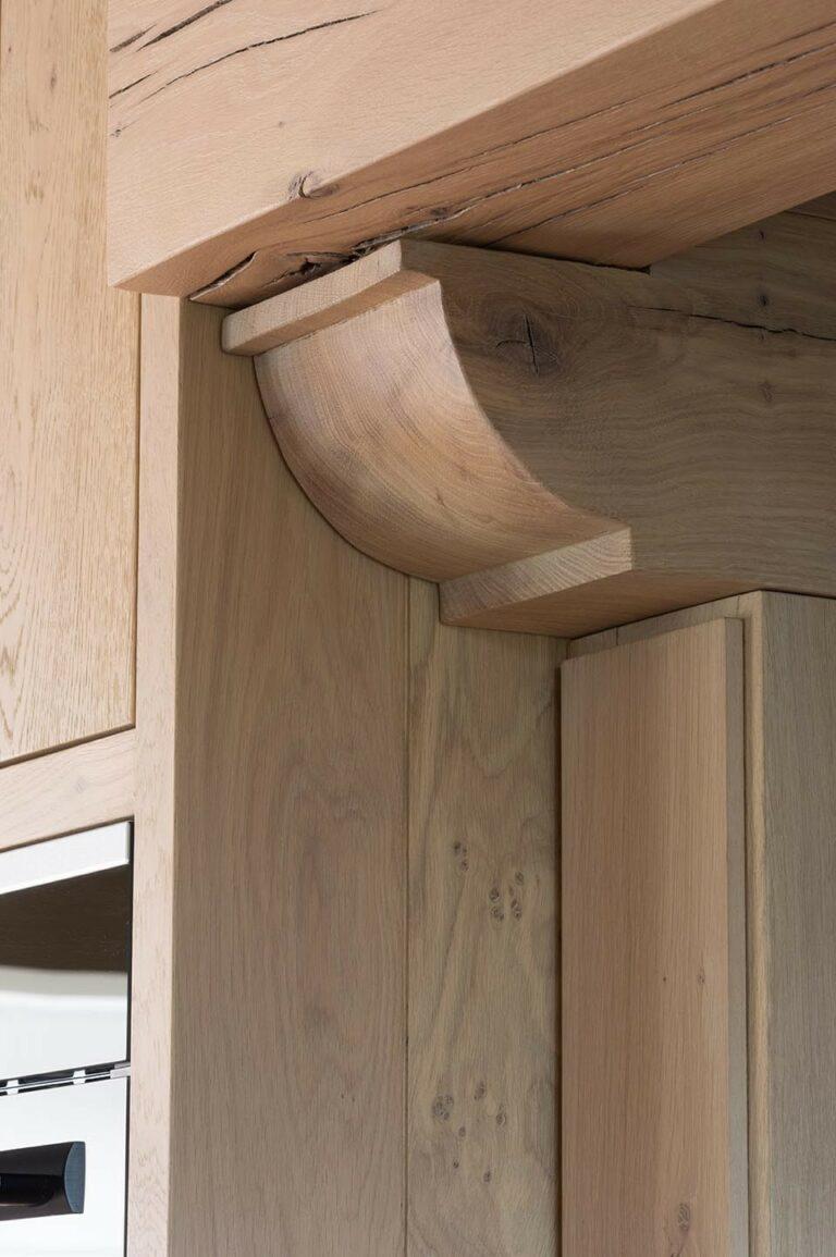 Detail van afgewerkte houten steunbalken