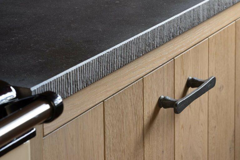 Keukenkast met horizontale lijn en zwarte grepen