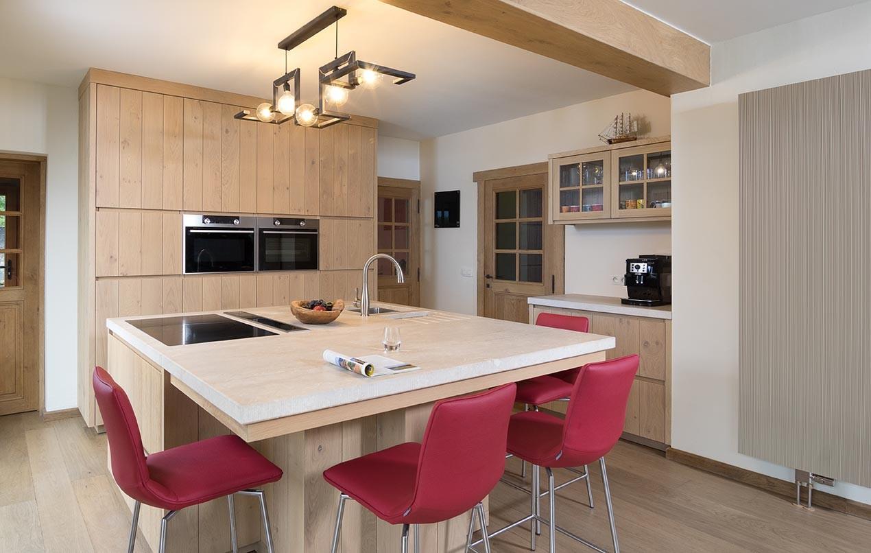 Vierkant keukeneiland met lichte eikenhouten decor