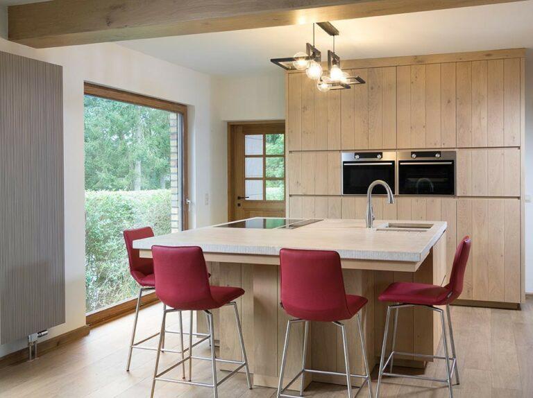 Vierkant keukeneiland met marmerkleurig werkblad