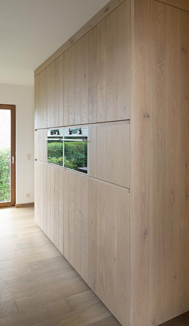 Eikenhouten keukenkasten met inbouwtoestellen