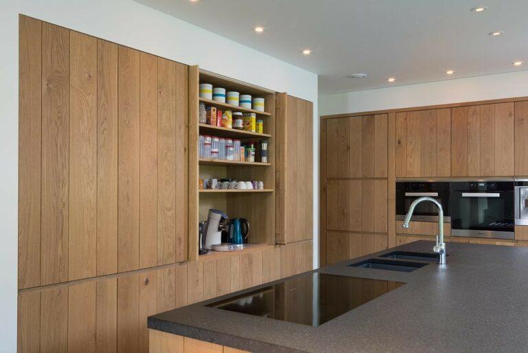 Keuken met houten keukenkasten en kookeiland