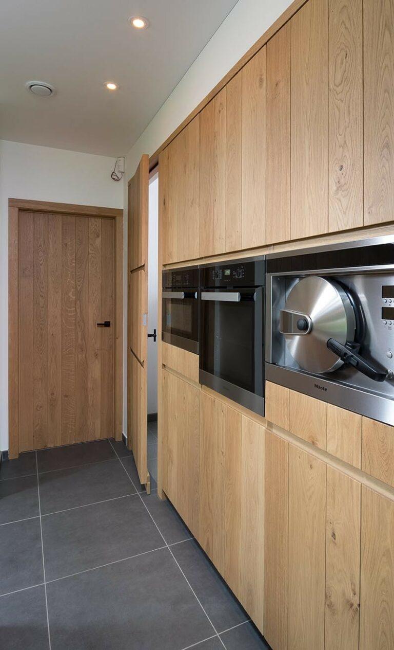 Houten keukenwand met kookapparaten