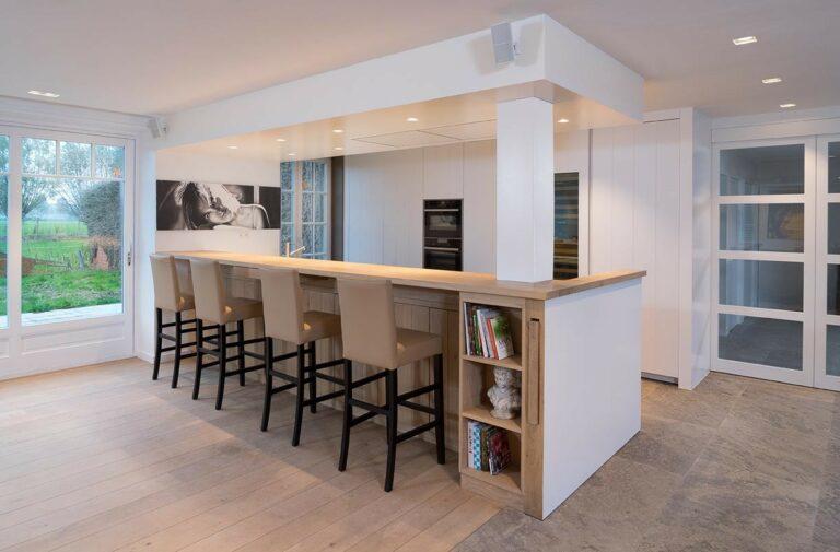 Keuken en barhoek in open woonkamer