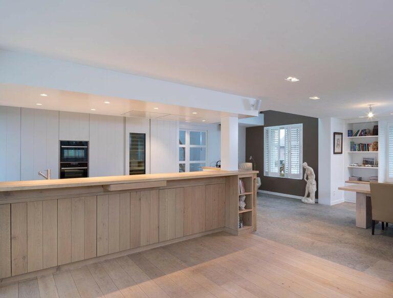Open houten keuken met strak wit plafond
