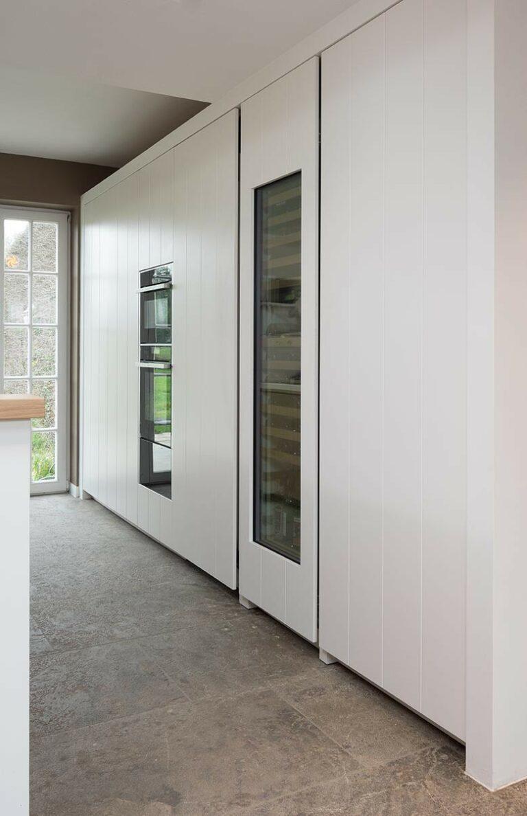 Uniforme witte keukenkasten