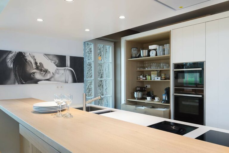 Witte keuken met eiken hoekkast