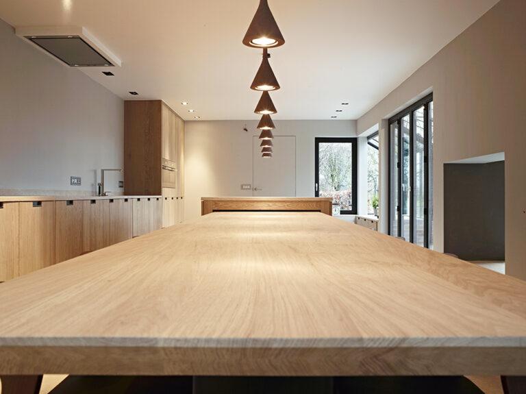 Detail ruime eikenhouten keukentafel