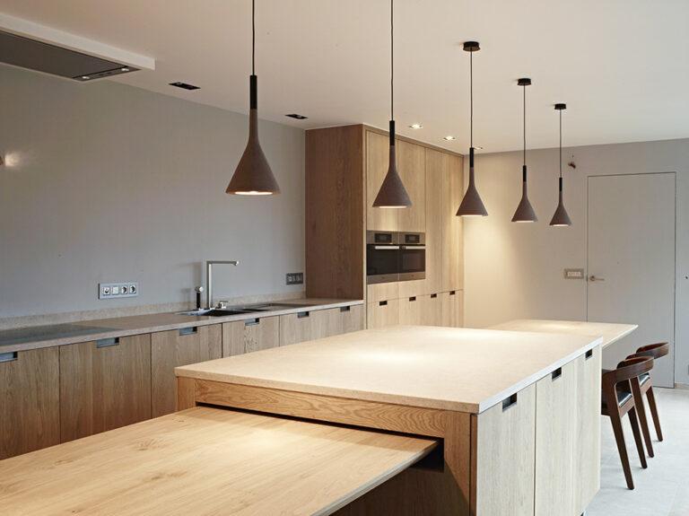 Strakke verlichting in houten keuken