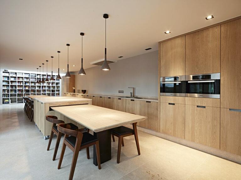 Overzicht ruime eikenhouten keuken