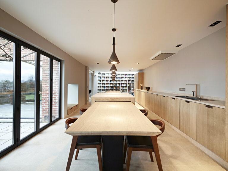 Verlichting en afwerking houten keuken