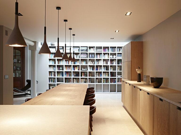 Ruimte boekenkast met houten dressoir