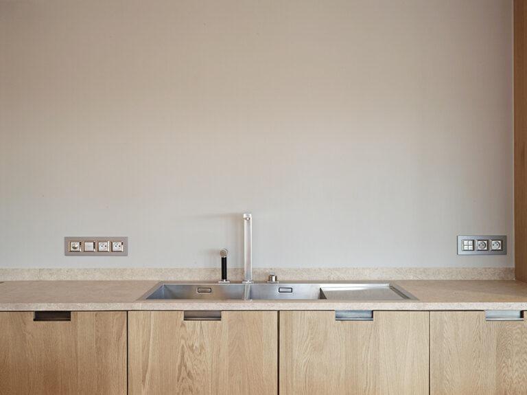 Afwasbak en kraan uit inox met houten onderkasten