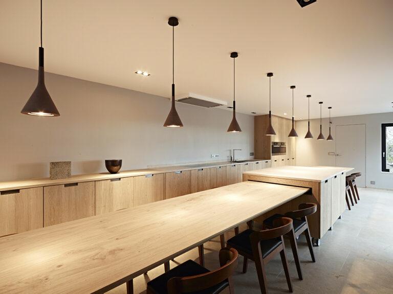 Ruime leefruimte in houten keuken